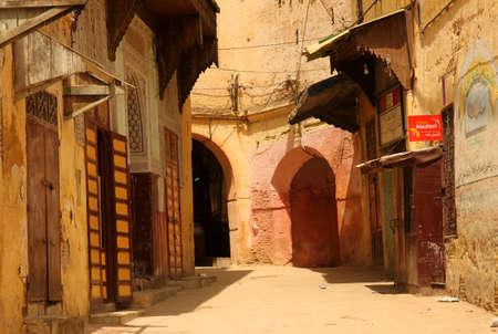 Smalle straatjes van de oude medina in Meknes, Marokko Redactioneel
