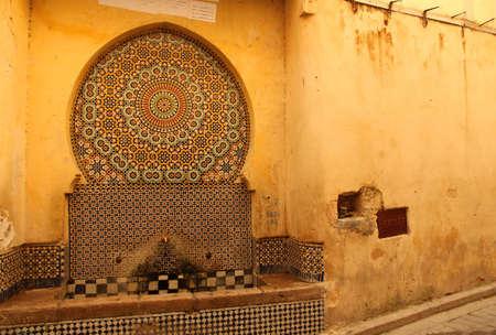 fez: Antigua fuente en el centro de la medina de Fez, Marruecos