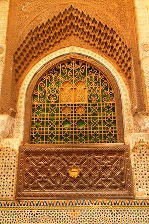 fez: Ventana Bellamente decorado de una mezquita en una medina de Fez, Marruecos Editorial