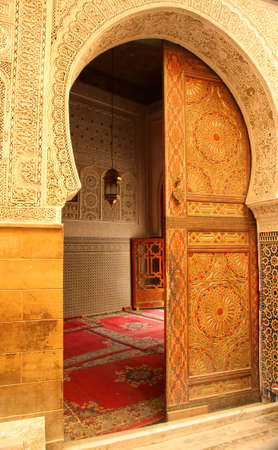 Toegangsdeur naar de moskee in de medina van Fes, Marokko Redactioneel