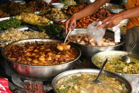 Bereide gerechten voor verkoop op de markt in Phnom Penh, Cambodja
