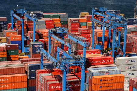 Cargo in the port in Valparaiso, Chile Imagens - 14682618