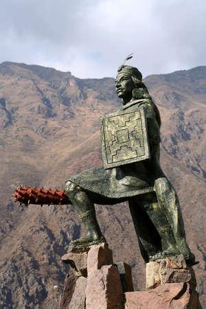 Standbeeld van Inca strijder in het kleine stadje Ollantaytambo in Peru Stockfoto