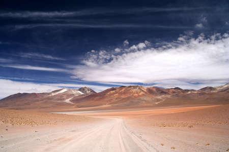 route desert: Route du d�sert � travers une partie du sud de l'Altiplano � distance