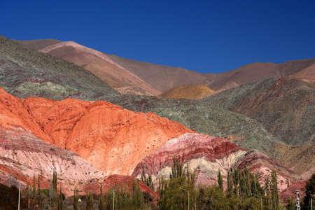 Kleurrijke bergen in Noord-Argentinië Quebrada de Humahuaca Stockfoto