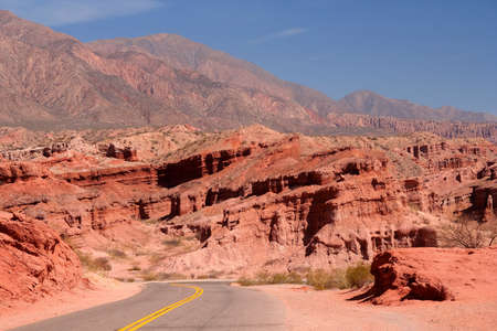 Strada attraverso le montagne policromi colorati in Northern Argentina photo
