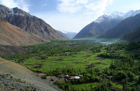 Mooie berg vallei in de Karakorum gebergte in Pakistan tussen Gilgit en Chitral