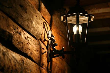 abatjour: Tradizionali bagliori vecchie lampade fatte a mano nella parete buio illuminante di una casa tradizionale iraniana