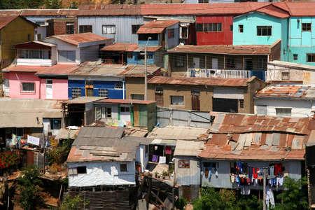 Gezicht op het dak van de woningen in Valparaiso arme buitenwijk