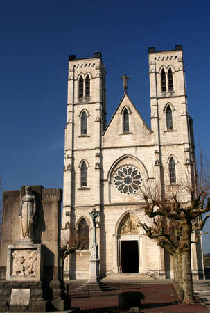 Catedral g�tica en un peque�o pueblo en Francia photo