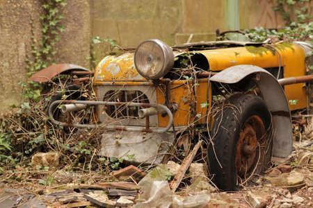 Oude vergeten auto roesten in de achtertuin van een oud Engels pand