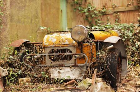 Ferrugem Carro velho esquecido no quintal de uma antiga propriedade Ingl Imagens