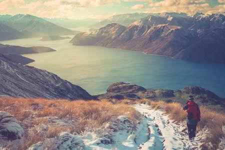 Trekker genietend van het uitzicht vanaf het pad dat leidt naar de top van Mount Roy, Zuidereiland, Nieuw-Zeeland