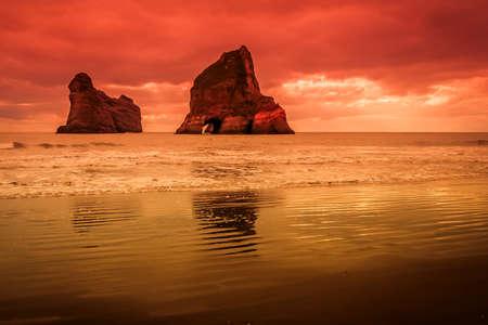 Archway Islands op het strand van Wharariki Beach in de buurt van Nelson, Nieuw-Zeeland