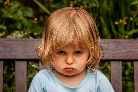 cabizbajo: Retrato de una ni�a enojada y molesta Foto de archivo