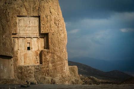 tumbas: Tumbas reales cerca de antiguos Pers�polis en Ir�n Foto de archivo