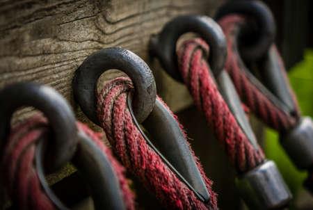attach: Detalle de una cuerda atada a una pared de madera Foto de archivo