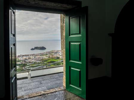 Ilheu da vila Insel durch die offene Tür der Our Lady of Peace Kapelle gesehen in Vila Franca do Campo in Sao Miguel Insel in den Azoren.