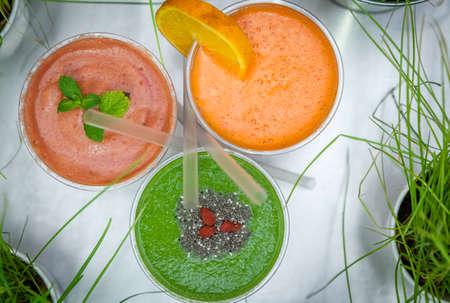 reciclable: Fresa, frambuesa, naranja, kiwi y aguacate batidos en vasos de pl�stico reciclables