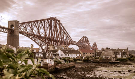 lothian: Homes under the Forth Rail Bridge in Edinburgh, Scotland, connecting the towns of North and South Stock Photo