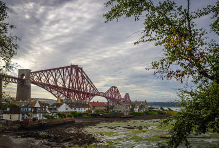 forth: Homes under the Forth Rail Bridge in Edinburgh, Scotland, connecting the towns of North and South Stock Photo