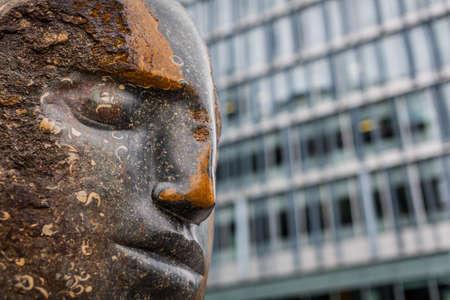 banco mundial: Londres, Inglaterra - 19 de junio de 2016: Escultura azul grande de la estatua de Bowman del jefe de Purbeck de Emily Young en la extensión de Tate Modern, Bankside, Londres