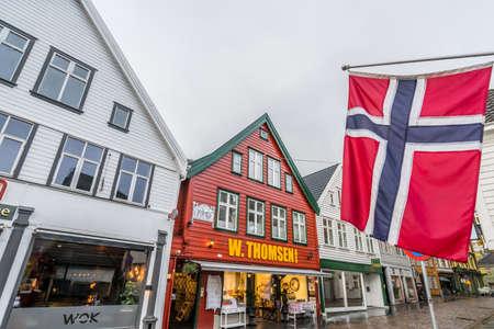 Bergen, Noorwegen - oktober 2017: Winkels, cafés en restaurants in het centrum van de stad Bergen in de herfst op een regenachtige dag, Noorwegen