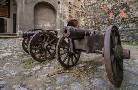 Old brass cannons in the courtyard of the ruins of the medieval Bolkow Castle in Lower Silesia, Poland 免版税图像