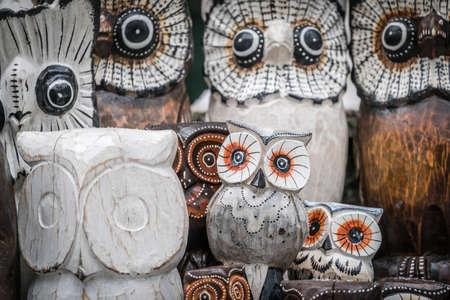 Hölzerne Eulen für Verkauf im Straßenmarkt in Karpacz, Polen