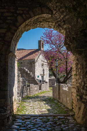 Archway under passage in the ruins of the old church and city walls in Stari Bar town near Bar city, Montenegro Archivio Fotografico