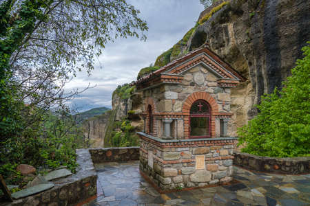 Small chapel on the pathway leading to the Holy Monastery of Great Meteoron in Meteora, Greece Banco de Imagens