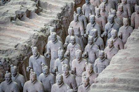Xian, Chine - juillet 2019 : Soldats d'argile debout faisant partie d'une armée de guerriers en terre cuite, créés sous le règne du premier empereur chinois Qin Shi Huang Di, province du Shaanxi