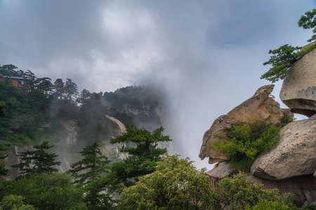 Vue sur le magnifique paysage de montagne depuis le West Peak sur la montagne Huashan, Xian, province du Shaanxi, Chine