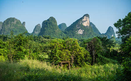 Beautiful green, lush and dense karst mountain landscape in Yangshuo, Guangxi Province, China Banque d'images