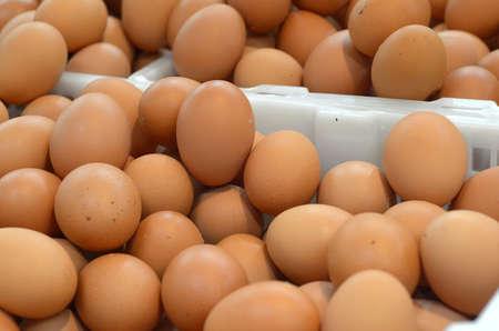 Fresh chicken eggs in plastic basket at market photo 版權商用圖片