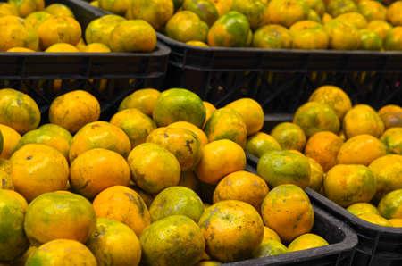 Orangenfrucht innerhalb der Plastikkiste am Supermarkt Standard-Bild - 87920488