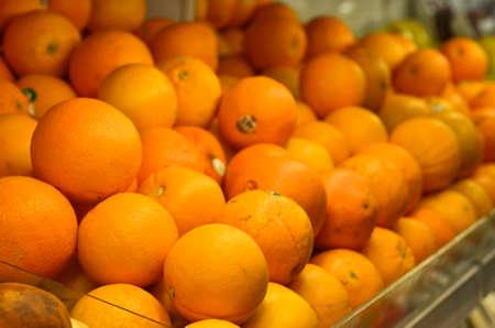 Sinaasappels fruit in plastic kist bij supermarkt Stockfoto