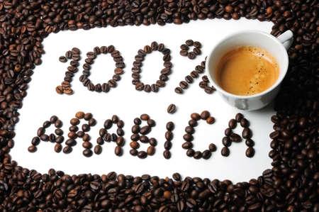cafe colombiano: Marco de los granos de café y el texto 100% arábica Foto de archivo