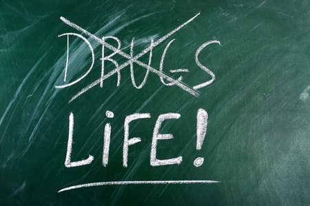 maltrato: decir no a las drogas, la elecci�n de la vida-mensaje en el pizarr�n verde