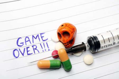 ノートでゲーム オーバー-薬物乱用コンセプト