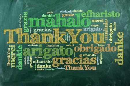 wort: danke in verschiedenen Sprachen auf der grünen Tafel
