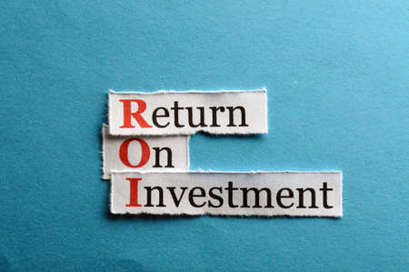 rendement: ROI acroniem op blauw papier, Return On Investment