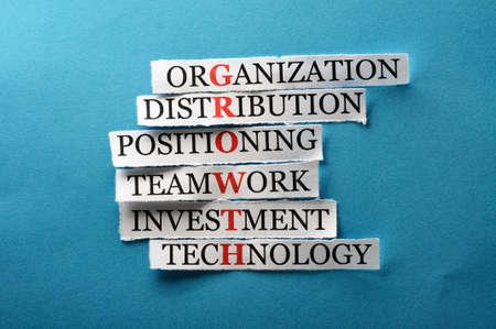 gestion empresarial: sigla crecimiento en concepto de negocio, palabras en el papel de corte dura luz Foto de archivo