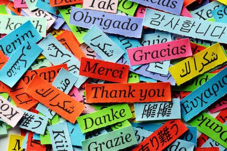 Dank u Word Cloud gedrukt op kleurrijke papier verschillende talen