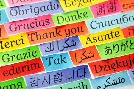 Dank u Word Cloud gedrukt op kleurrijke papier verschillende talen, accent op het Arabisch