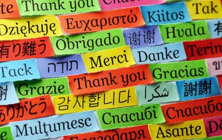 arabische letters: Dank u Word Cloud gedrukt op kleurrijke papier verschillende talen