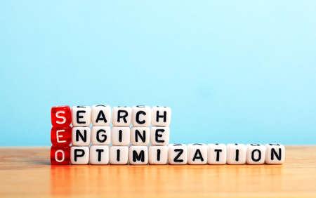 SEO Search Engine Optimization escrito em cortam no fundo azul