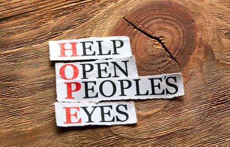 espoir acronyme - Aide Ouvrir les yeux des peuples, des mots sur papier découpé sur fond de bois