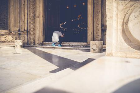 Kaïro, Egypte, 22 april, 2017: mening van mensen die foto's met mobiel nemen bij de moskee van Mohamed ali Redactioneel