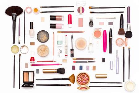 Make-upkosmetik, -bürsten und -zubehör auf weißem Hintergrund. Draufsicht. Flach legen. Schönheitskonzept. Standard-Bild